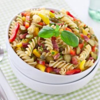Salade de pâtes colorée